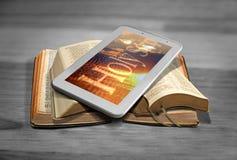 Leitura em linha da Bíblia Imagens de Stock
