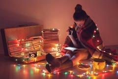 Leitura emocionante da noite Imagens de Stock Royalty Free