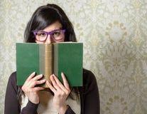 Mulher e livro felizes da história Imagens de Stock Royalty Free