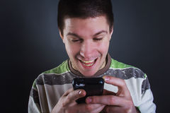 Leitura feliz do homem novo uma mensagem Fotografia de Stock