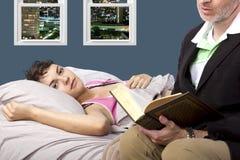Leitura à filha doente Imagem de Stock Royalty Free
