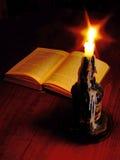 Leitura iluminada por velas Imagens de Stock
