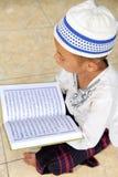 Leitura Koran da criança, Indonésia Fotografia de Stock