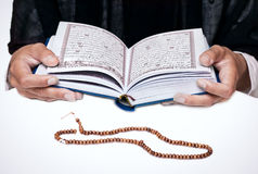 Leitura Koran da mulher imagem de stock