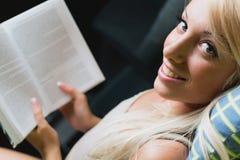 Leitura loura da mulher Fotografia de Stock