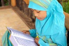 Leitura muçulmana Koran da criança, Indonésia Fotografia de Stock Royalty Free