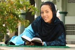 Leitura muçulmana Qur'an da menina fotografia de stock