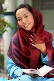 Leitura muçulmana Qur'an da menina imagens de stock