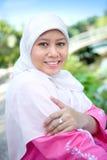 Leitura muçulmana asiática da mulher ao ar livre. Fotos de Stock Royalty Free