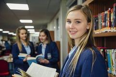 Leitura na biblioteca escolar foto de stock