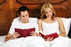 Leitura na cama Foto de Stock