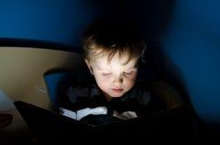 Leitura na noite Imagens de Stock Royalty Free