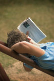 Leitura no parque Imagem de Stock Royalty Free