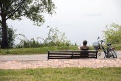 Leitura no parque Fotografia de Stock Royalty Free