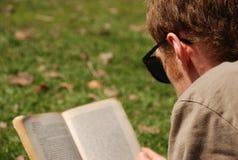 Leitura no parque imagens de stock