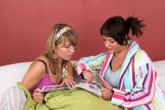Leitura no sofá junto Imagens de Stock