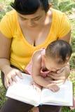 Leitura nova da matriz ao babysitting foto de stock