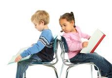 Leitura nova do menino e da menina Fotografia de Stock Royalty Free