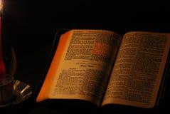 Leitura por Luz de vela Fotos de Stock Royalty Free