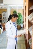 Leitura profissional dos cuidados médicos Fotografia de Stock