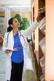 Leitura profissional dos cuidados médicos Foto de Stock Royalty Free