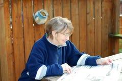Leitura sênior da mulher Fotografia de Stock Royalty Free