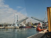 Leixões船坞打开流动桥梁 免版税库存照片