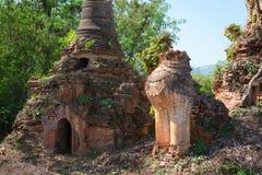 Lejon i forntida Burmese buddistiska pagoder Arkivfoton