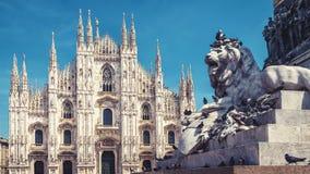 Lejon och Milan Cathedral i Milan, Italien royaltyfri bild