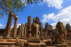 Lejon och Naga i den Bayon templet Arkivfoto