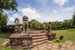 Lejon- och Nagasandstenstatyn i historiska Phimai parkerar Prasat Royaltyfri Bild