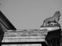 Lejon på byggande av kungligt brittiskt engelska Arkivfoto