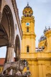 Lejon på gatan i Munich den gamla staden nära kyrka för St Michael ` s royaltyfri bild
