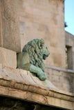 Lejon på grunden av den egyptiska obelisken, Arles, Frankrike Arkivfoton