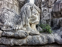Lejon på San Raphael Column Cordoba Arkivbilder
