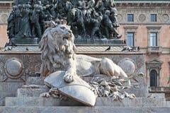 Lejon på sockeln av monumentet till Victor Emmanuel II, Mila Royaltyfri Bild