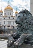 Lejon som bevakar templet royaltyfri bild