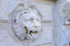 Lejonet av Venedig, en skulpterad gravyr p? en v?gg Det kan anv?ndas som bakgrund arkivbilder
