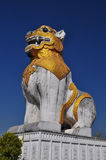 Lejonet framme av templet och slotten Royaltyfri Bild