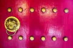 Lejons head dörrknackare på en kinesisk röd dörr (righthanden) Royaltyfria Bilder