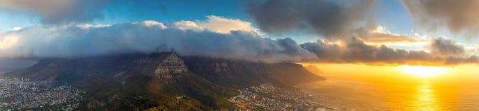 Lejons panoramautsikt för huvudöverkant av den tabellberg- och Cape Town staden på solnedgången royaltyfria foton