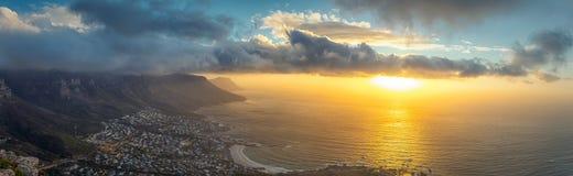 Lejons panoramautsikt för huvudöverkant av den tabellberg- och Cape Town staden på solnedgången royaltyfri bild