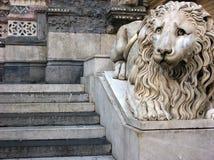 Lejonskulptur framme av domkyrkahelgonet Lawrence i Genua, Italien fotografering för bildbyråer