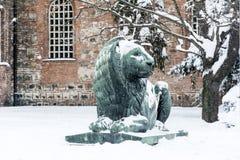 Lejonskulptur i Sofia, Bulgarien i vintern Arkivbild