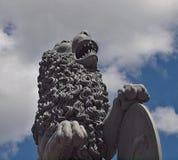 Lejonskulptur på den nya slotten i Stuttgart royaltyfria bilder