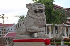Lejonskulptur som ska blockera all farligt som ska nås i området royaltyfria bilder