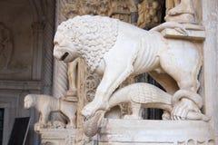 Lejonskulpturen nära tillträde till domkyrkan av St Lawrence i den Trogir staden arkivfoto
