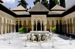 Lejonspringbrunn i den Alhambra slotten Royaltyfria Bilder