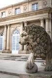 Lejonstaty framme av den Monrepos slotten Arkivbilder