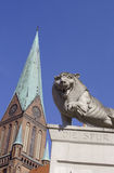 Lejonstaty framme av den Schwerin domkyrkan Arkivbild
